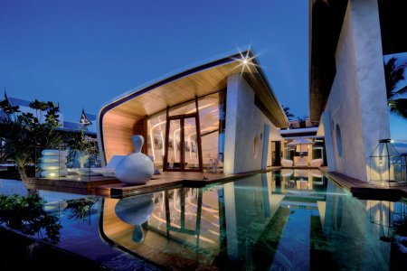 The bungalows are shaped like seashells on the beach. Light integrated into the architecture defines the unique form of the compact structures.
