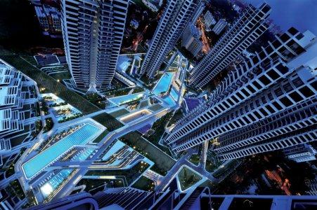 Blick des Komplexes aus dem 37. Stockwerk: Die starke Geometrie und Kontinuität der Formen werden mit Licht linear unterstrichen. Die beiden Schwimmbecken haben eine LED-Unterwasserbeleuchtung erhalten, die für eine gleichförmige Lichtverbreitung sorgt.
