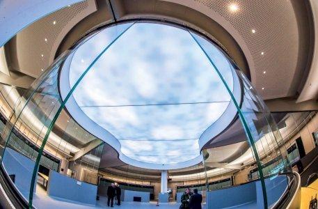 Die durchdachte Lichtgestaltung sowie Glaswände und die freie, von oben beleuchtete Fläche in der Mitte schaffen eine offene Sicht von überall.