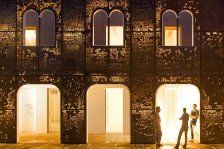 In die Säulen zwischen den Bögen integrierte LED-Wandanbauleuchten unterstreichen subtil die architektonischen Elemente.
