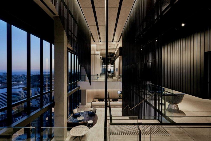 Das von Stahlrohren eingerahmte, zentrale Treppenhaus ist markant und trägt eine große Mitverantwortung dafür, dass die großzügige, tageslichthelle und bestimmende Halle so besonders ist.