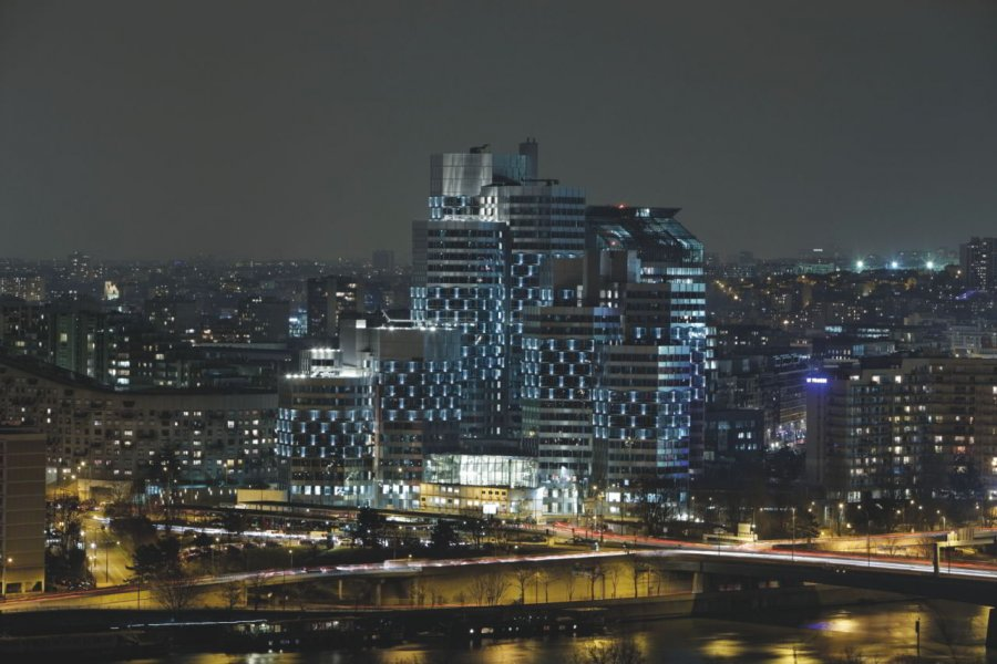 The apparently simple lighting design for the facade of the Pont de Sèvres complex renders the office towers a highly effective project that is visible from considerable distances.