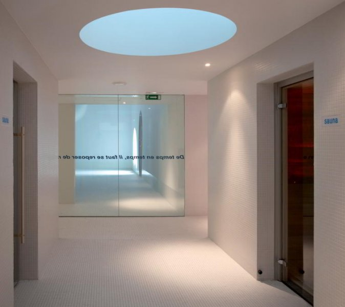 In the circulation areas daylight was integrated wherever possible, or at least reference was made to daylight. The clever combination of daylight and electric light makes for a convincing lighting situation.