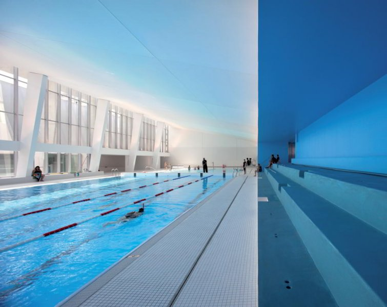 The swimming pool is flooded with daylight. This and the lack of downlights render the space fresh, clean and inviting. Light in conjunction with white and blue surfaces evoke an atmosphere reminiscent of the seaside.