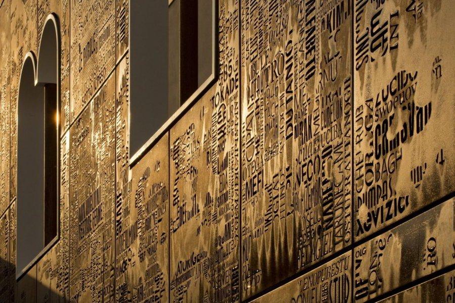Die hinterleuchtete Stahlfassade wird selbst zum Lichtobjekt, zur Referenz der Geschichte. Ein Feuer zerstörte vor 30 Jahren das Objekt. Nun ist die Fassade eine glühend coole Lichtinstallation.