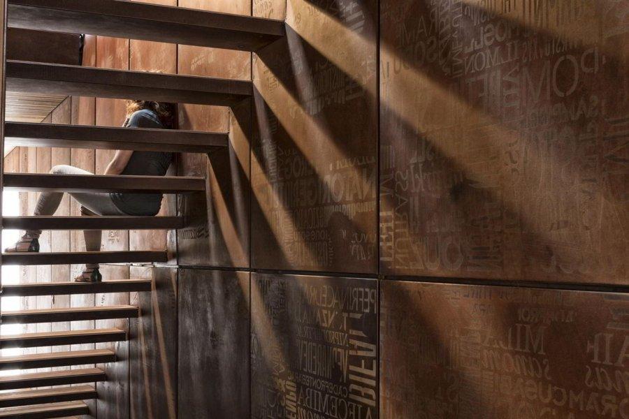 Flexible LED-Streifen wurden zwischen den beiden Fassaden aus Cortenstahl sowie in die Wand an der Treppe installiert.