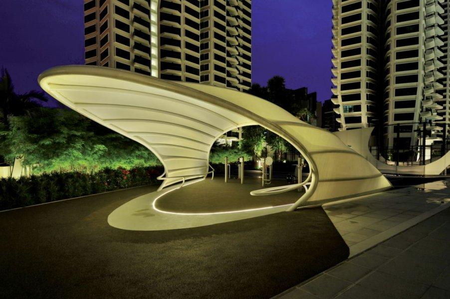 Einige der mit Textilgewebe bezogenen Pavillons werden von einer Bodenleuchte sanft beleuchtet.