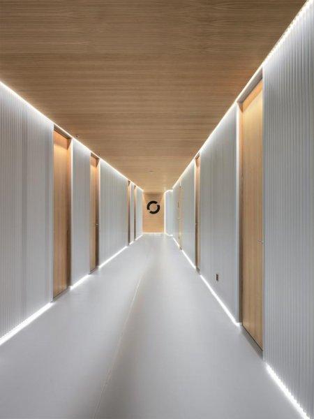 Die Entourage Schönheitsklinik in Lausanne wird von einer modernen, originellen Architektur geprägt, die Komfort und High-Tech verbindet und die durch die medizinischen Tätigkeiten erforderlichen Sicherheits- und Hygieneanforderungen respektiert.