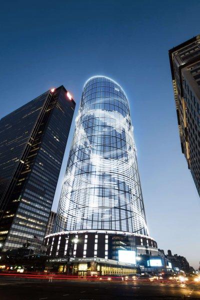 Der Halo tower in Manhattan am Abend