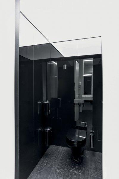 Hochglänzende Wände, ein individuelles Farbkonzept in Schwarz oder Türkis und flächiges Deckenlicht – das Gestaltungskonzept wurde bis in die Toilettenräume gedacht und umgesetzt.