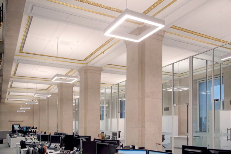 The workplaces located in the peripheral zones have received contrasting modern pendant luminaires.