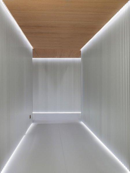 """Das Design beruht auf """"Wellenformen"""", die sich wiederum auf Körperbewegungen beziehen. Zu den zur Realisierung des Konzepts verwendeten Materialien im Lausanner Projekt gehören gewellte Aluminiumbleche und Eichenholz. Das Gestaltungsprinzip lässt sich an"""